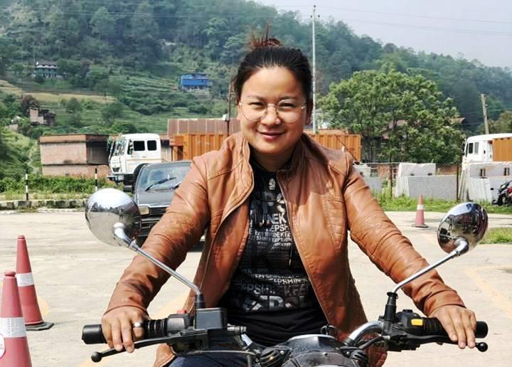 लकडाउनमा काभ्रेली चेली एम्बुलेन्स चालक लक्ष्मी मगरको अनुभव